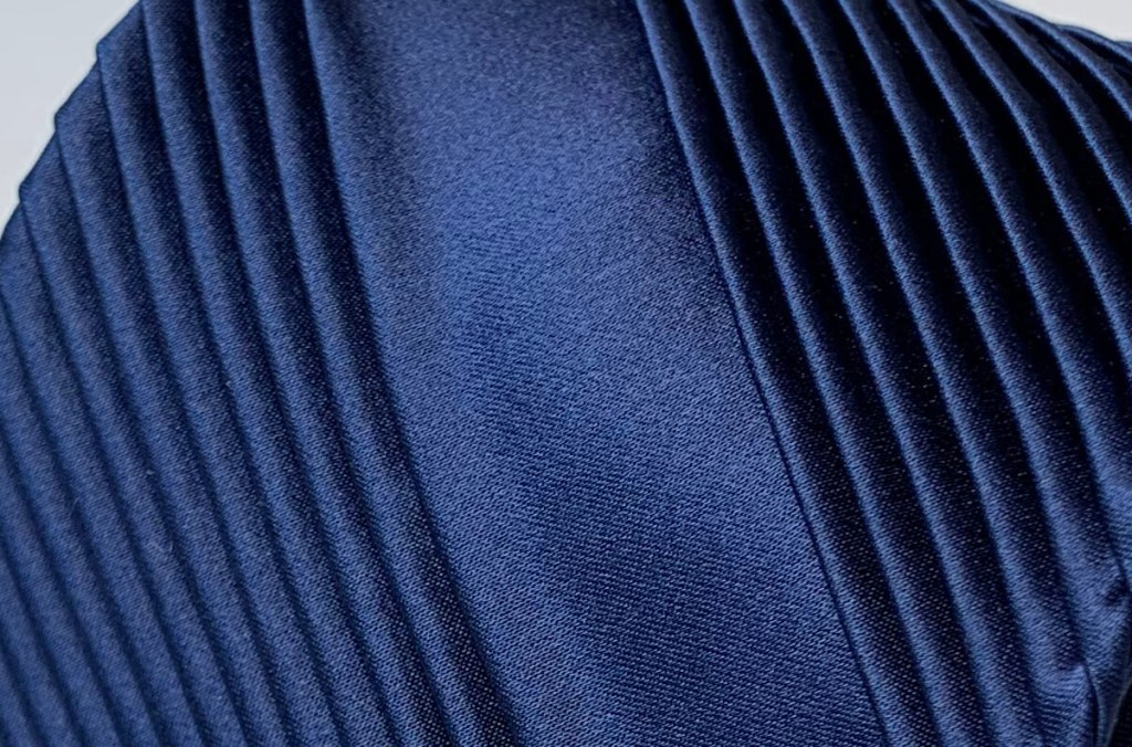 プリーツ加工が美しいステファノリッチのネイビーネクタイ