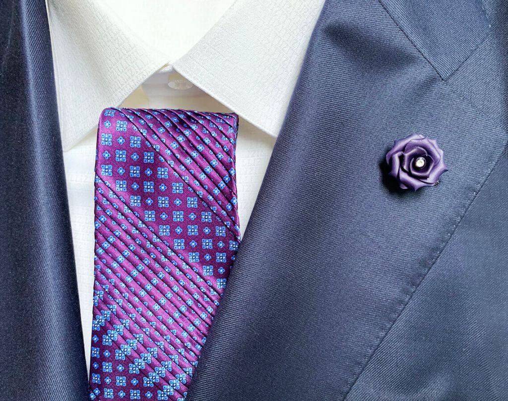 ステファノリッチの紫のプリーツタイとネイビーのラペルピンのおしゃれなセット