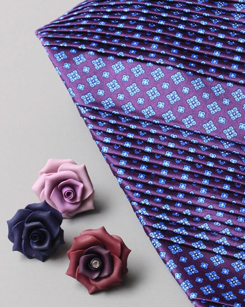 ステファノリッチのプリーツネクタイとHIKOオリジナルの薔薇のラペルピンのセットです